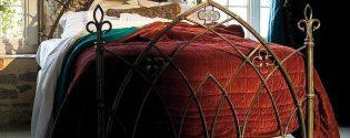 Кровать в готическом стиле