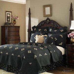 готическая кровать в интерьере спальни