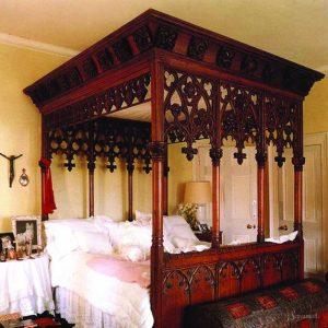 стариная готическая кровать
