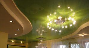 современные навесные потолки в гостиную